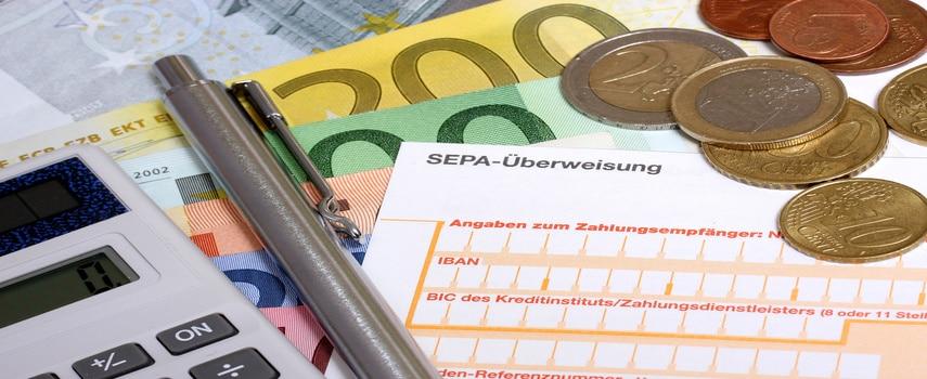 Geld ins Ausland günstig überweisen: Mehr als Kosten und